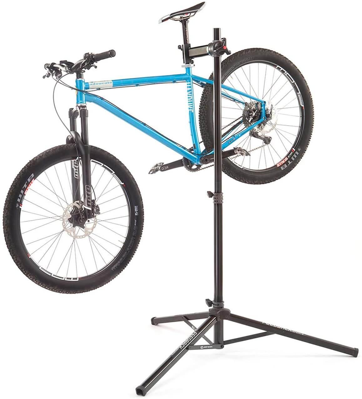 bici en soporte de reparación de bicicletas