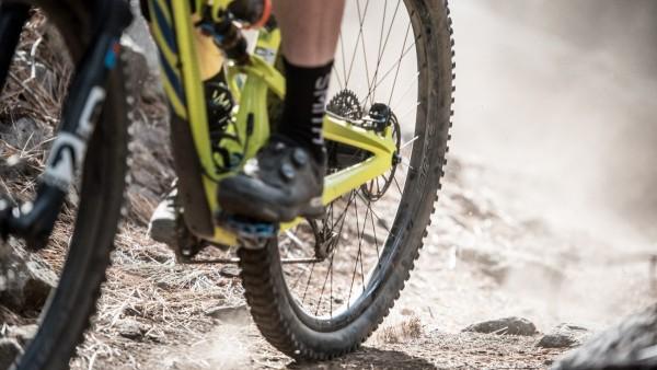 El neumático trasero es responsable de la peor parte del pedaleo y el frenado ...