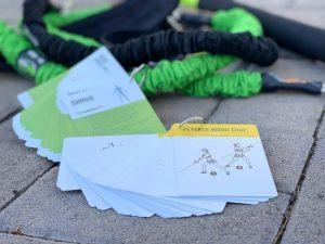 El sistema Gymwell incluye dos mazos completos de cartas con útiles ...